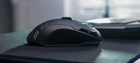 souris sans fil sur bureau